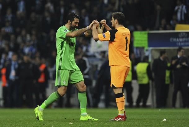 Kiper Porto Iker Casillas (kanan) dan kiper Juventus Gianluigi Buffon menyapa satu sama lain di akhir babak 16 besar Liga Champions, leg pertama di stadion Dragao di Porto, Portugal, Rabu (22/2).