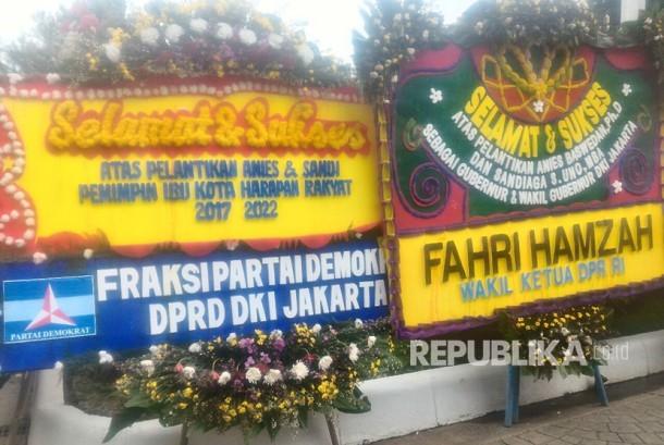 Kiriman bunga kepada Gubernur dan Wakil Gubernur Anies - Sandi dari pejabat pemerintah di Balaikota Jakarta, Senin (16/10)