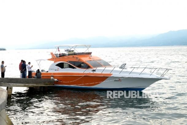 Klinik Apung Said Tuhuleley sandar di dermaga Islamic Center,Ambon, Maluku, Kamis (23/2).