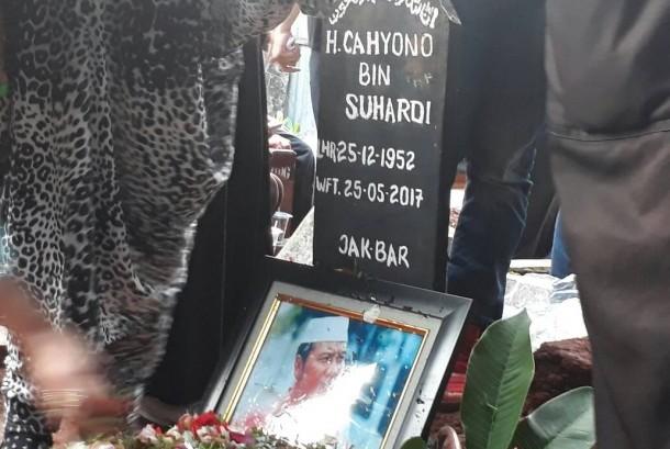 Komedian Cahyono dimakamkan di Kompleks Pemakaman Perdio, Jakarta, Kamis (25/5).