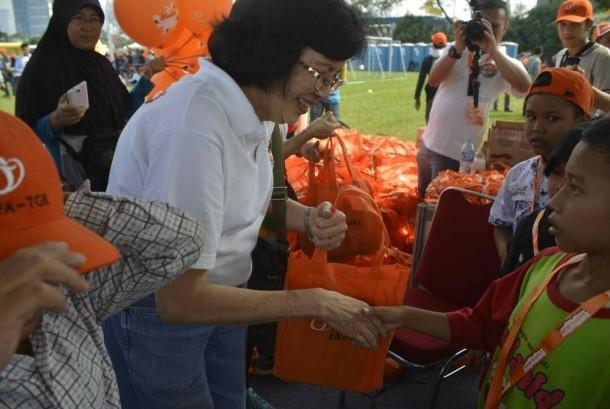 Komisaris Japfa, Retno Astusi Wibisono memberikan paket gizi dalam rangkaian kegiatan Jafa Fun Festival.