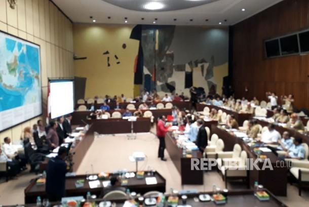 Komisi II DPR dan Pemerintah kembali menggelar rapat pembahasan Peraturan pemerintah pengganti Undang-undang (Perppu) Nomor 2 Tahun 2017 tentang Ormas pada Senin (16/10).