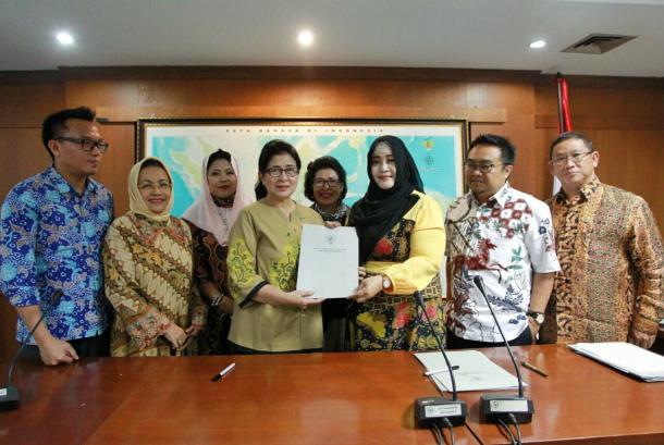 Komisi III DPD RI usai melakukan rapat dengan Menteri Kesehatan Nila Noeloek, Senin (18/9).