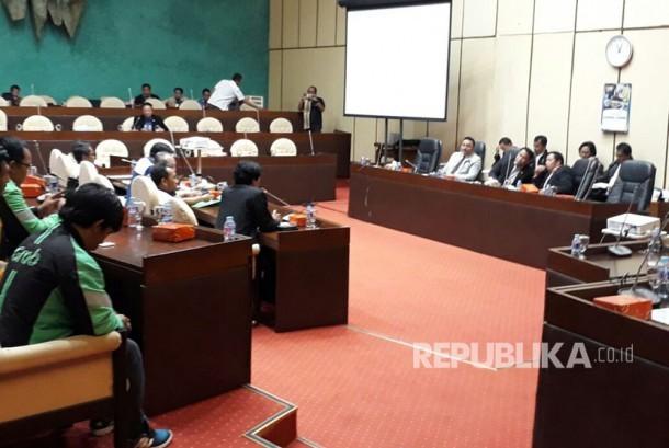 Komisi V DPR RI melakukan rapat dengar pendapat umum dengan asosialisasi driver online berkaitan keberadaan angkutan berbasis aplikasi online di Ruang Komisi V DPR RI, Gedung Nusantara DPR RI, Jakarta, Rabu (29/3).