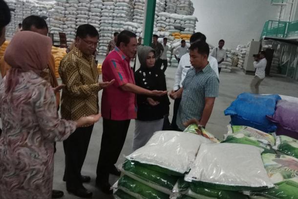 Komite II Dewan Perwakilan Daerah Republik Indonesia (DPD RI) tinjau gudang pengolahan beras premium PD Pangan Jaya.