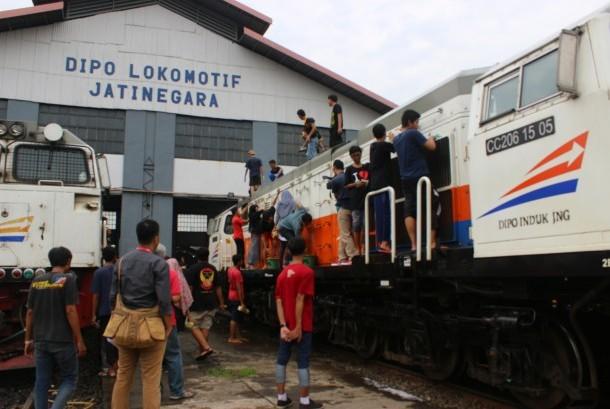 Komunitas Indonesia Railway Preservation Society melakukan pencucian lokomotif di Dipo Jatinegara, Ahad (29/5).