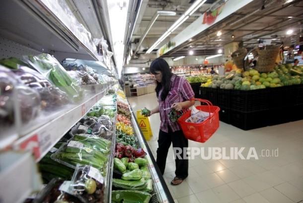 Konsumen sedang memilih-milih barang saat berbelanja kebutuhan rumah tangga (ilustrasi)