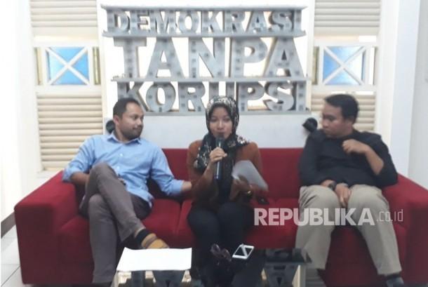 Koordinator Korupsi ICW (kiri) Donal Fariz, Peneliti Divisi Politik ICW Almas Sjahfrina (tengah), dan Peneliti Perludem Fadli Ramadhanil (kanan) memberikan paparan terkait Mahar Politik di kantor ICW, Selasa (16/1).