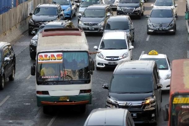 Kopaja melintas di jalanan Ibu Kota.