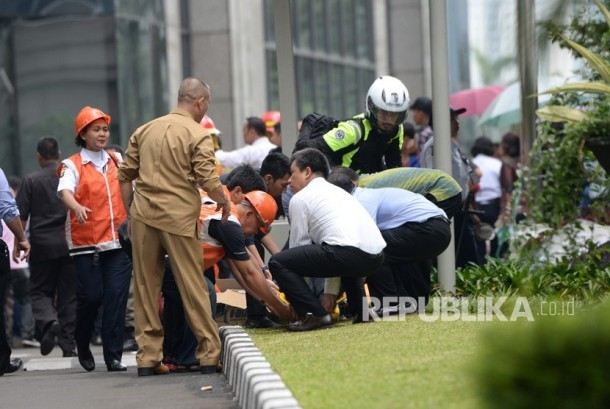 Victims waited to be evacuated following a collapsed floor at Indonesia Stock Exchange, Jakarta, on Monday (January 15).