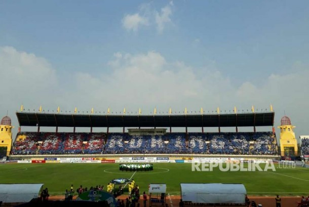 Koreografi save Rohingya bobotoh Persib di Stadion Si Jalak Harupat, Kabupatén Bandung, Sabtu (9/9).