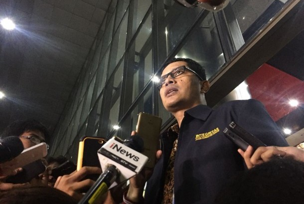 KPK spokesperson Febri Diansyah explains to the reporters that investigators of the anti-graft body came to Setya Novanto house on Wednesday (November 15) night to persuade the House of Representatives speaker to surrender. He speaks at his office in Jakarta, on Thursday (November 16).