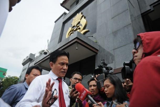 Kuasa hukum dari Rachmawati Soekarnoputri, Yusril Ihza Mahendra (kiri) menjawab pertanyaan wartawan terkait penangkapan sejumlah tokoh dalam kasus dugaan makar di Mako Brimob Kelapa Dua, Depok, Jawa Barat, Jumat (2/12).