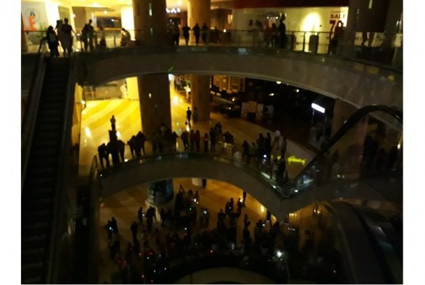 Kuningan City Mall turut mendukung kampanye Earth Hour dengan mematikan lampu selama satu jam pada Sabtu (25/3).
