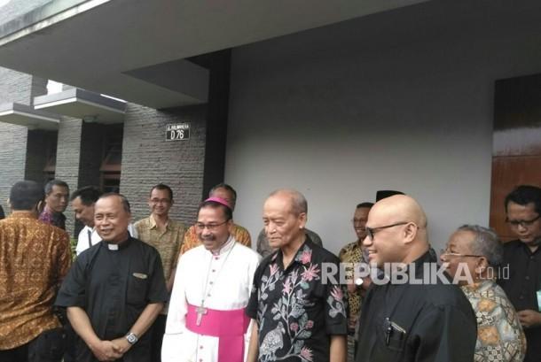 Kunjungan Uskup Agung Semarang, Romo Robertus Rubiyatmoko, ke kediaman Buya Syafii Maarif.   Rombongan Keuskupan Agung Semarang (KAS) itu diterima Buya Syafii Maarif, Senin (19/2).