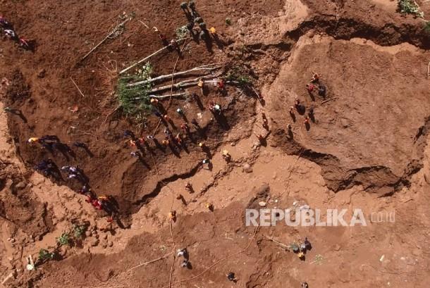 Lansekap longsor yang terjadi di Desa Banaran, Kecamatan Pulung, Ponorogo, Jawa Timur, Selasa (4/4).