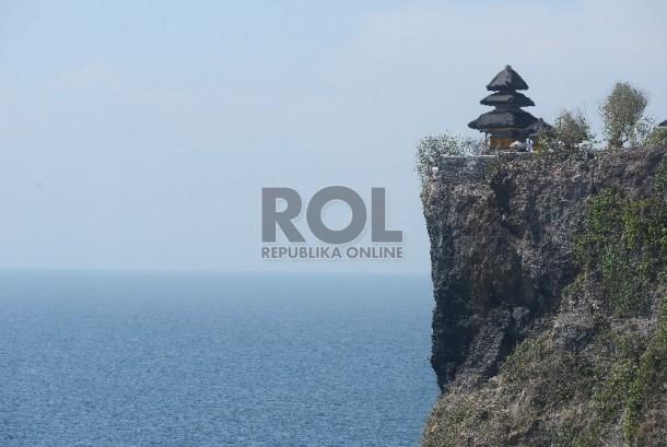 Lansekap pantai dan Pura Uluwatu yang terletak di Uluwatu, Bali, Jumat (20/11). Dengan adanya Peraturan Presiden (Perpres) nomor 104 Tahun 2015 mengenai pembebasan visa di 75 negara, Pemerintah menargetkan pertumbuhan pariwisata pada akhir 2015 meningkat d