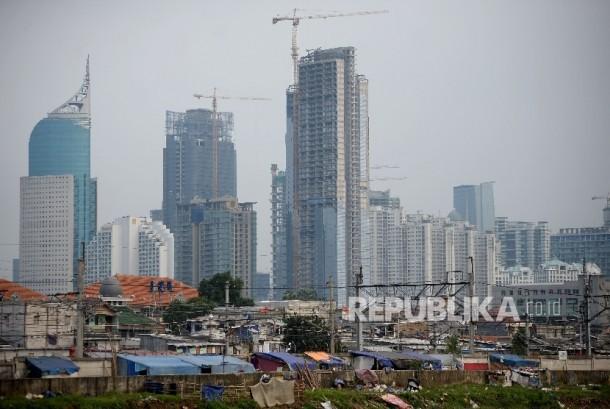 Lanskap hunian semi permanen berlatar belakang gedung perkantoran terlihat dari Kawasan Petamburan, Jakarta, Kamis (23/2).