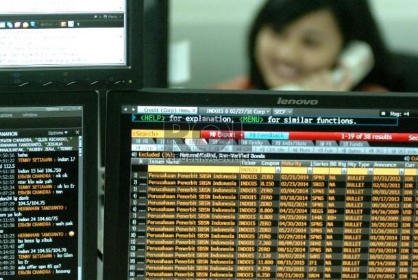 Layar monitor menunjukan pergerakan grafik surat utang negara di Delaing Room Treasury (ilustrasi).