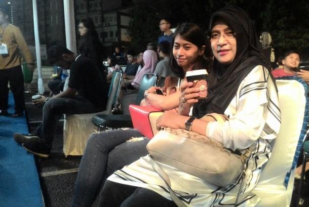 LAZ Al Azhar menyediakan kopi gratis bagi para muzakki dalam layanan pembayaran zakatnya yang buka 24 jam nonstop di Gerai Zakat, area Masjid Agung Al Azhar, Jakarta Selatan.