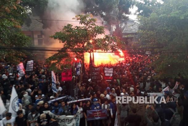 Lebih kurang seribu bobotoh berada di GOR Saparua, Bandung, Selasa (17/10) hendak melakukan long march ke Graha Persib untuk menyampaikan kritik atas performa buruk Persib Bandung di Liga 1.