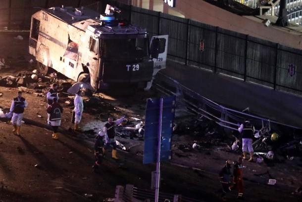 Ledakan di luar stadion Besiktas, Istanbul, Turki, Sabtu (10/12).