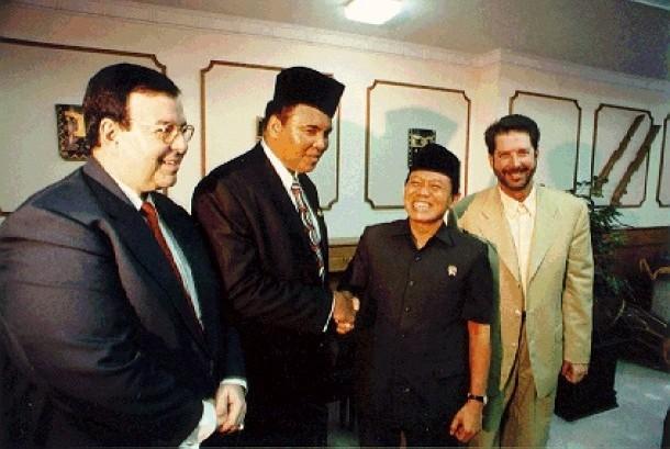 Legenda tinju kelas berat Muhammad Ali bersalaman dengan Harmoko di Jakarta.