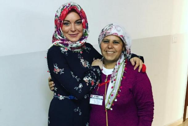 Lindsay Lohan mengenakan hijab