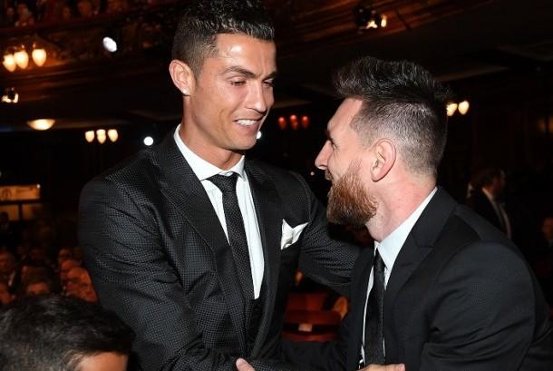 Lionel Messi (kanan) dan Cristiano Ronaldo bersalaman dalam acara penghargaan FIFA di London, Senin (23/10).