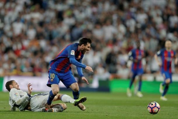 Lionel Messi (kanan) pahlawan kemenangan Barcelona pada duel EL Clasico.