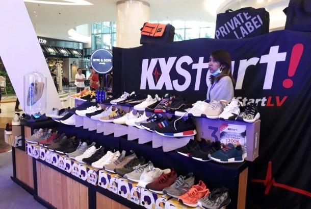 Lippo Mall Kemang menggelar Sneakerpeak vol 2 mulai Jumat (17/11) hingga Ahad (19/11). Beragam merek sepatu ternama hadir di tempat ini dengan berbagai penawaran menarik.