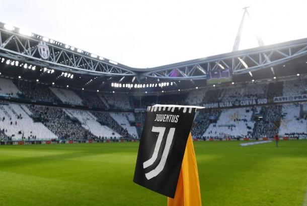 Logo baru Juventus dipamerkan sebelum laga Serie A Juventus lawan Lazio di stadion Juventus, Senin (22/1) dini hari WIB. Pada laga ini Juve menang 2-0.