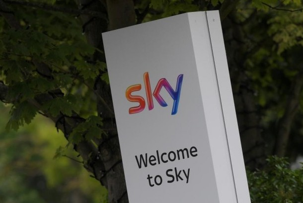 Logo perusahaan media Sky di London, Inggris.