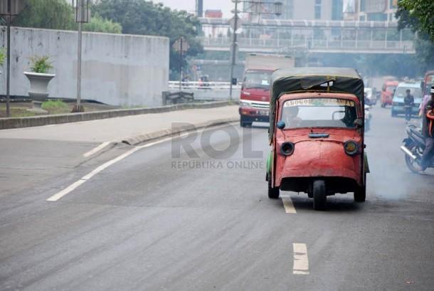 Sebuah angkutan bemo melintas di kawasan Grogol, Jakarta Barat, Senin (10/3).   (foto : Raisan Al Farisi)