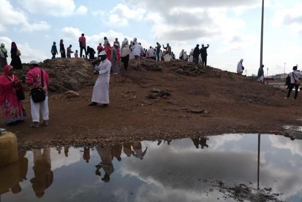 Suasana Jabal Uhud di Madinah sehabis hujan.