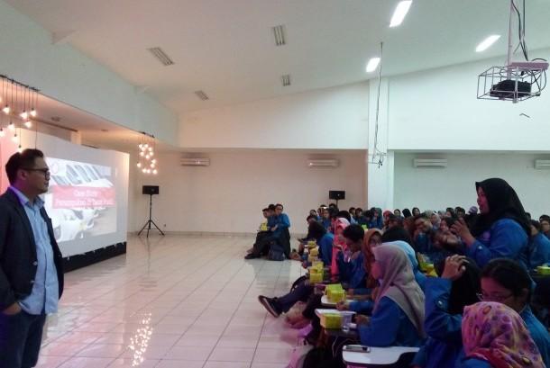 Mahasiswa AKOM BSI Jakarta menggelar seminar manajemen isu di era digital.