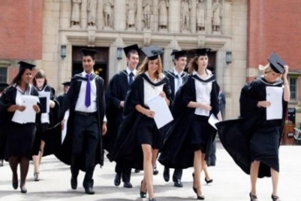 Mahasiswa dan mahasiswi di universitas, ilustrasi