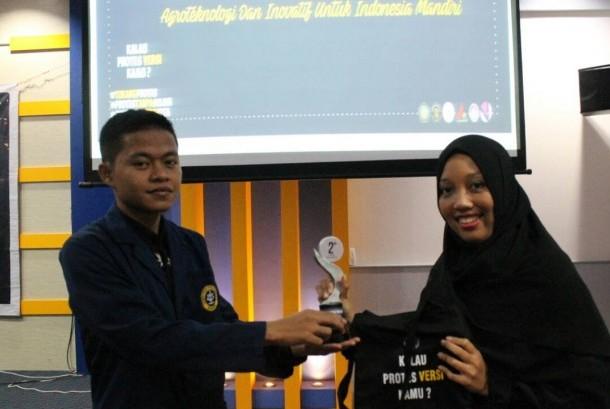 Mahasiswa Fakultas Kedokteran Hewan IPB berhasil menjadi juara Kompetisi Sains Veteriner  yang diadakan oleh FKH Unibraw.