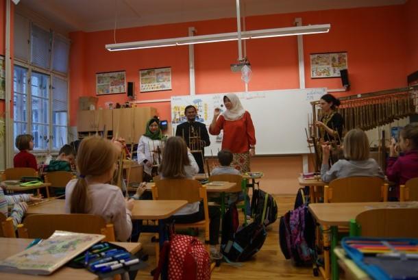 Mahasiswa Indonesia mengenalkan Indonesia lewat alat musik angklung kepada siswa SD di Praha, Ceska.