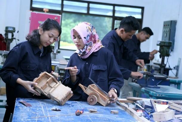 Mahasiswa Teknik saat praktik di laboratorium.
