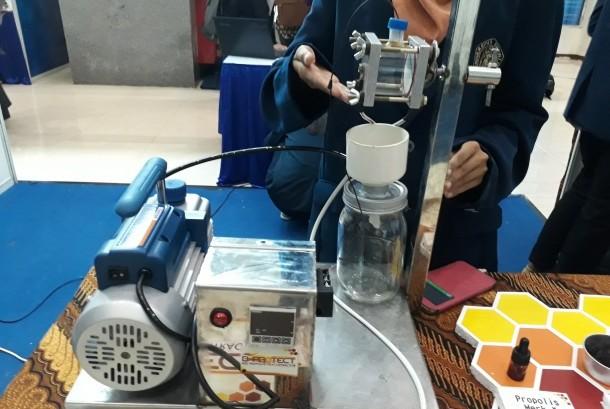 Mahasiswa Universitas Brawijaya menciptakan alat pengolah propolis bernama B-Protect. Dengan alat ini peternak lebah dapat mengolah propolis mentah menjadi propolis siap konsumsi dengan biaya rendah.