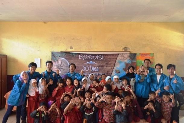 Mahasiswa Universitas BSI Bandung bersama siswa SDN Puncak Mulya pada kegiatan Ekspedisi 30 Desa.