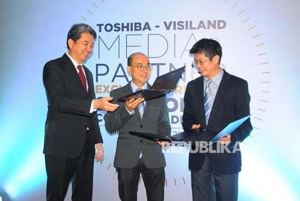 Managing Director of Thosiba Singapore WuTengguo, Manager Enterprise Sales Lead of Thosiba Singapore Leong Chee Keong, serta Buisnees Director of Visiland Dharma Sarana Husen Halim (dari kiri) menunjukan laptop Toshiba New Portege X20E saat peluncuran di Jakarta, Senin (22/5).