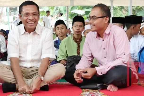 Managing Director Sinarmas Saleh Husin (kiri) berbincang bersama emred Republika Irfan Junaidi (kanan) saat acara buka bersama dan santunan anak yatim di Kantor Republika, Jakarta, Sabtu (17/6).