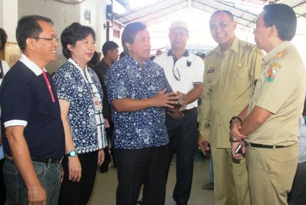 Manajemen BCA, SPBK-Perdami dan Wakil Bupati Tana Toraja Victor Datuan Batara (kedua kanan) berbincang usai meninjau pelaksanaan operasi katarak yang berlangsung selama 3 hari, dari tanggal 08 – 10 Agustus 2016.