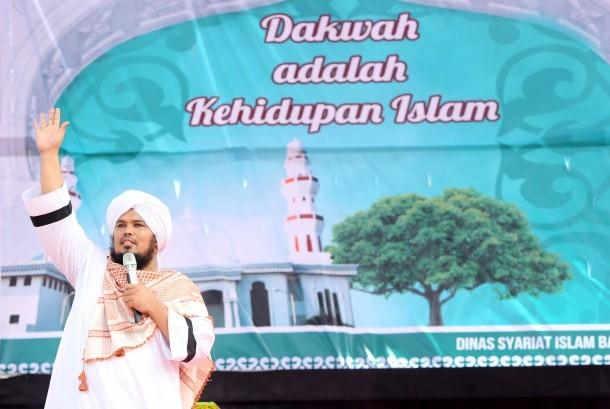 Mantan gitaris grup band metal Indonesia Betrayer, Derry Sulaiman, yang telah menjadi pendakwah menyampaikan ceramah agama. (Ilustrasi)
