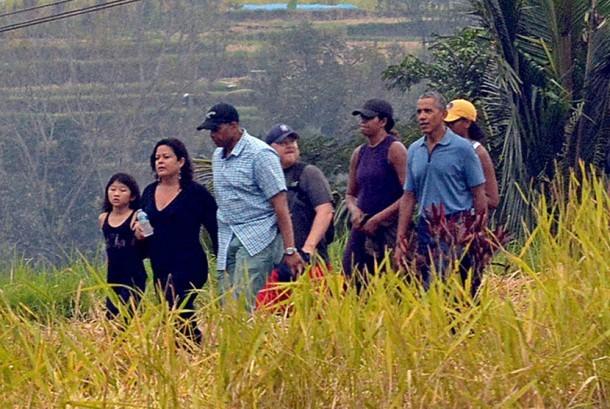Presiden Amerika Serikat ke-44 Barack Obama (keenam dari kiri) berjalan bersama keluarga saat berkunjung ke objek wisata Jatiluwih, Tabanan, Bali, Ahad (25/6).