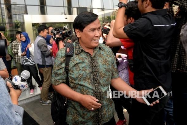 Mantan Staf Direktorat Jenderal Kependudukan dan Pencatatan Sipil (Dukcapil) Kementerian Dalam Negeri (Kemendagri) Yosef Sumartono berjalan seusai diperiksa di gedung KPK, Jakarta, Selasa (25/7).