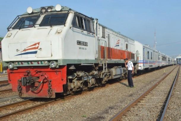 Masinis melakukan pengecekan rangkaian Kereta Api (KA) kelas eksekutif sesaat sebelum berangkat menuju Surabaya untuk menjalani uji mekanik sekaligus pengiriman dari Stasiun KA Madiun, Jatim, Jumat (27/5).