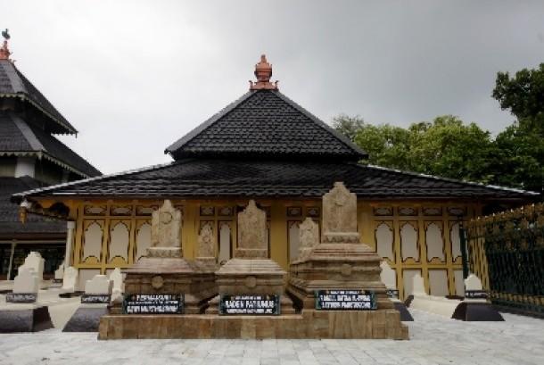 Masjid Agung Demak merupakan salah satu masjid tertua yang ada di Indonesia yang terletak di Kampung Kauman, Demak.